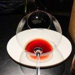 Riedel Sommelier mit Burgund Rotwein im Monvinic Barcelona