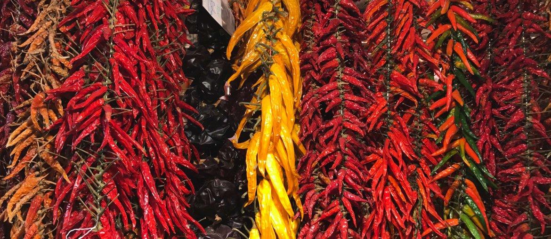 Verschiedene Pfeffer und Peperoni Schoten auf La Boqueria Barcelona