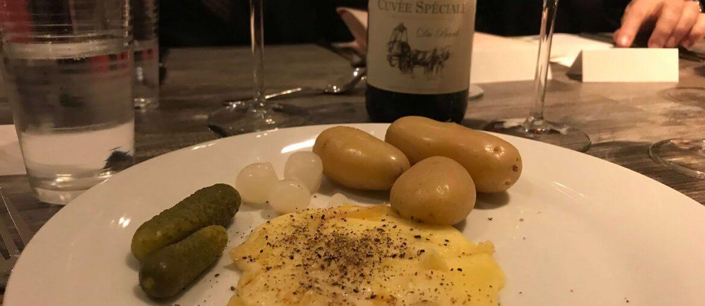 Schweizer Raclette mit Pellkartoffeln und Rotwein