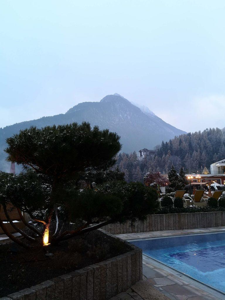 STOCK Weinwoche Zillertal Finkenberg Spa Wellness Wein Anlage Outdoor Pool Berge Ambiente