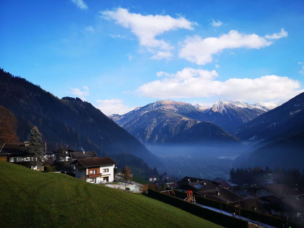 STOCK Weinwoche Zillertal Finkenberg Spa Wellness Wein View Aussicht Berge Sonne blauer Himmel Alm
