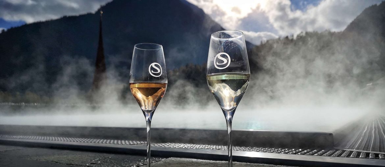 STOCK Weinwoche Zillertal Finkenberg Spa Wellness Wein Weinglas Pool Sekt Rose Blanc